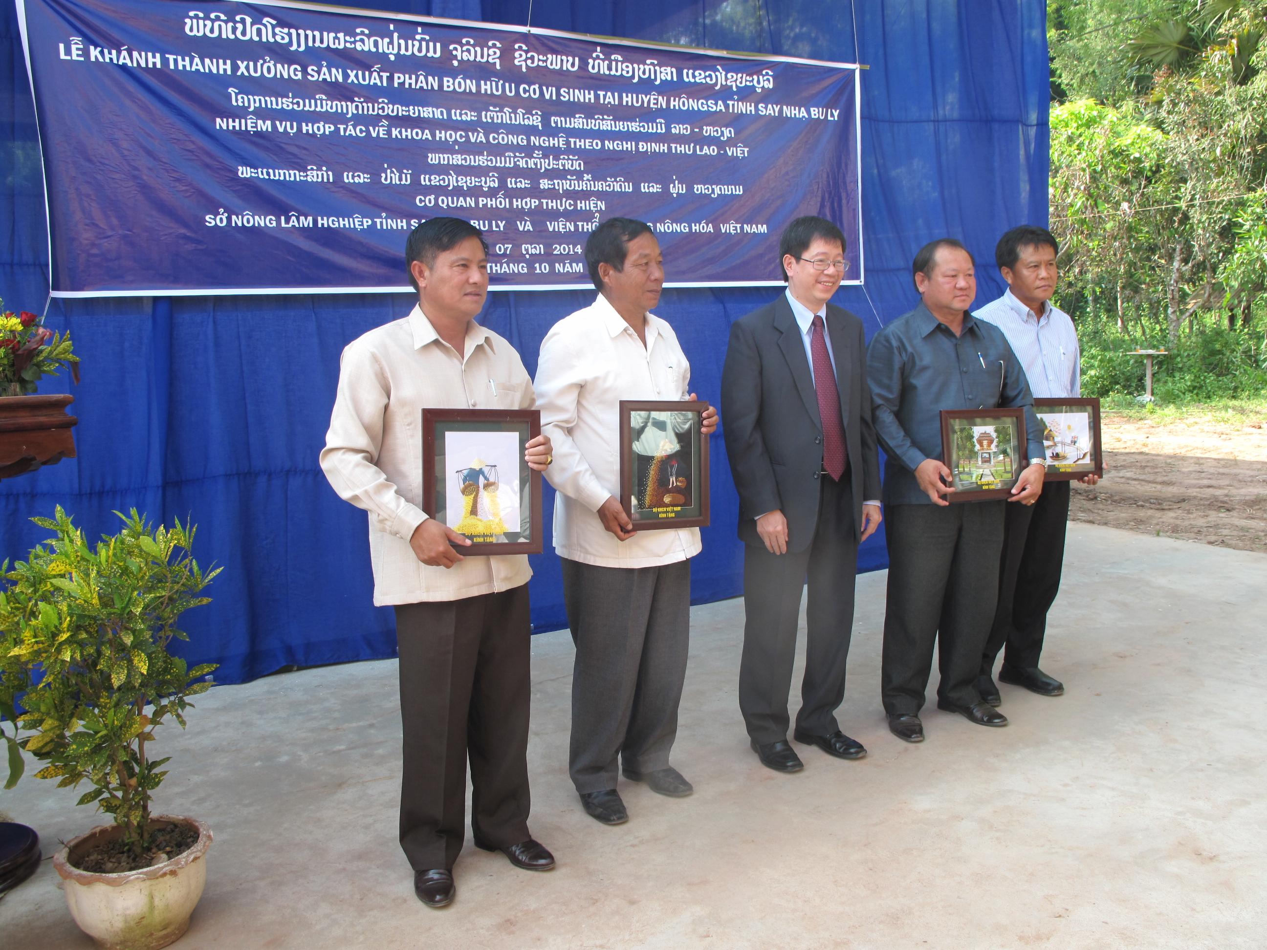 Chuyển giao thành công công nghệ sản xuất phân hữu cơ vi sinh cho Lào